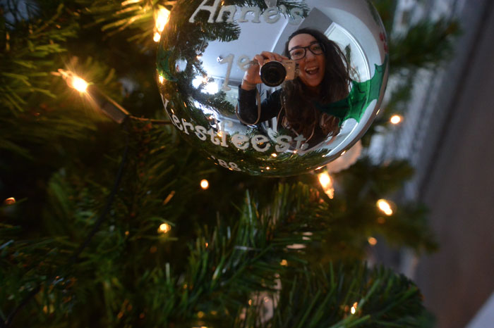 simple-thoughts-verzamel-kerstboom-eerste-kerstbal-meisje